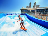 Symphony of the Seas - Flowrider, der Surfsimulator
